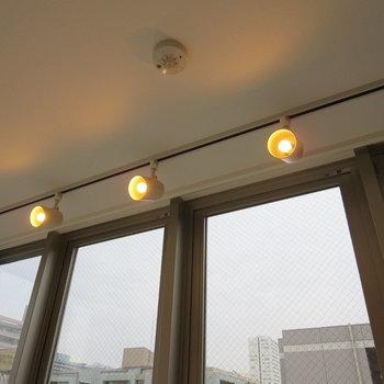 【LDK】ライティングレールがやさしい雰囲気にしてくれます※写真は7階の同間取り別部屋のものです