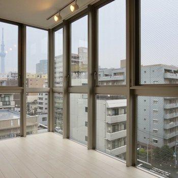 窓から日本一のアレが!!※写真は7階の同間取り別部屋のものです