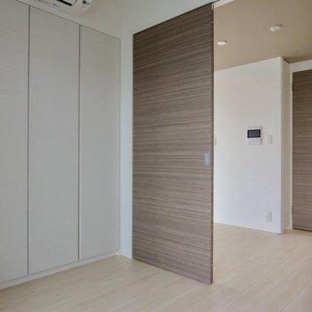 【洋室】扉を開けてキッチンに※写真は7階の同間取り別部屋のものです