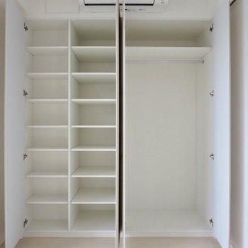 【洋室】小棚とハンガースペースの両方があるのがいい!※写真は7階の同間取り別部屋のものです