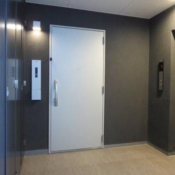 エレベーターを降りてすぐのお部屋です