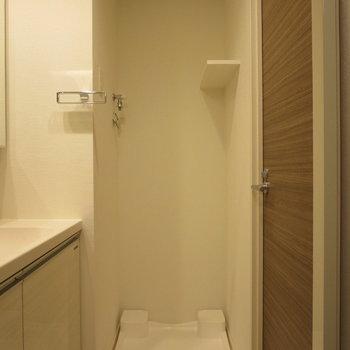 洗濯機置場の上に小棚があると助かります※写真は7階の同間取り別部屋のものです