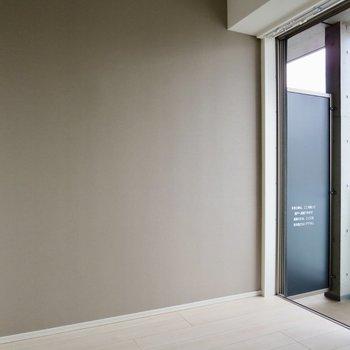 【洋室】ブラウンのアクセントクロスがステキ※写真は7階の同間取り別部屋のものです