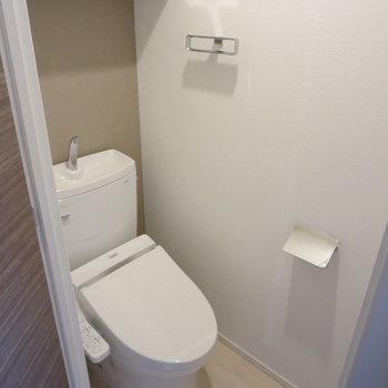 トイレはこじんまりと※写真は7階の同間取り別部屋のものです