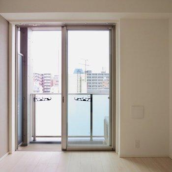 【洋室】窓があるので朝も気持ちよさそう※写真は7階の同間取り別部屋のものです