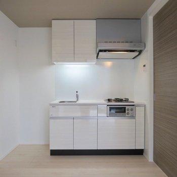 【LDK】キッチン周りもゆとりがあります※写真は7階の同間取り別部屋のものです