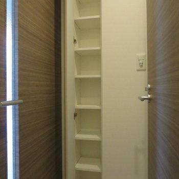 トイレの向かい側にも収納があります※写真は7階の同間取り別部屋のものです