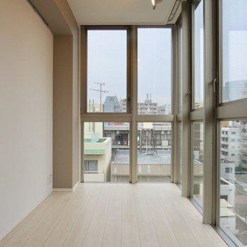 【LDK】大きな窓がいっぱいあって日当たりも◎※写真は7階の同間取り別部屋のものです