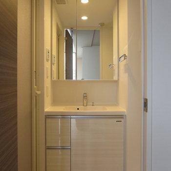 大きな鏡で使いやすい洗面台※写真は7階の同間取り別部屋のものです