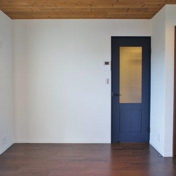 ネイビーのドアが可愛い♡※写真は、前回撮影時のもの