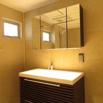 三面鏡の洗面台です※写真は前回募集時のもの。