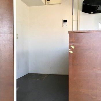 いざキッチンスペース!後ろに冷蔵庫や棚おけそう(※お写真はクリーニング前です)