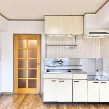 【DK】キッチンは上下に収納が付いています。