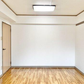 【洋室】壁に長押しが付いています。