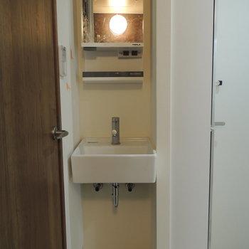 お風呂の反対側は洗面台※写真はクリーニング中です