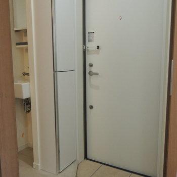 シンプルな玄関。収納棚を開けると..※写真はクリーニング中です