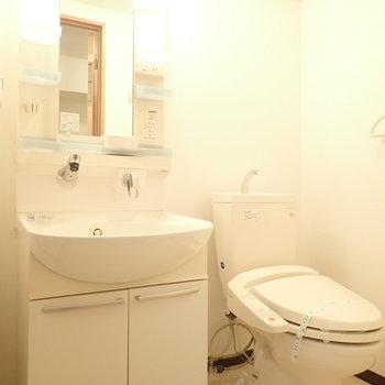 洗面台と洗濯機はお隣さん。(※写真は4階の同間取り別部屋のものです)