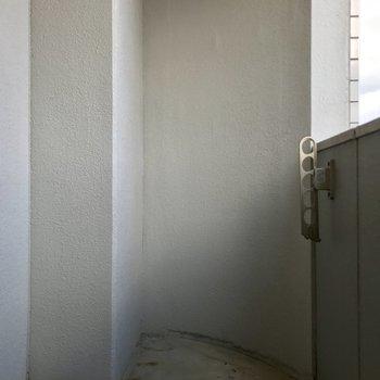 ベランダはどちらかというと広いかな、くらい。(※写真は15階の同間取り別部屋のものです)