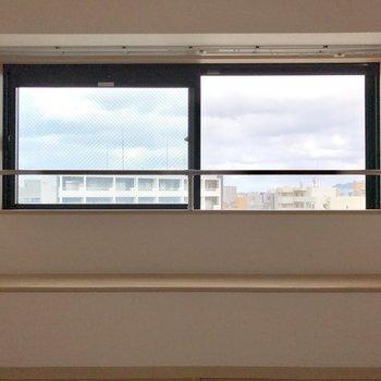 窓の前に座るスペース。粋ですな。(※写真は15階の同間取り別部屋のものです)