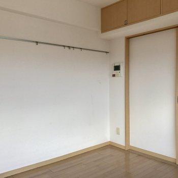 この壁側には物が掛けられます◎(※写真は15階の同間取り別部屋のものです)