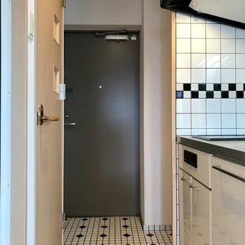 脱衣スペースはこのキッチン前になります。(※写真は15階の同間取り別部屋のものです)