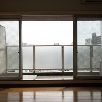 窓も贅沢な大きさ!※写真は8階の同間取り別部屋のものです。
