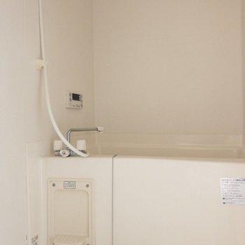 浴室は乾燥機能付き!※写真は8階の同間取り別部屋のものです。