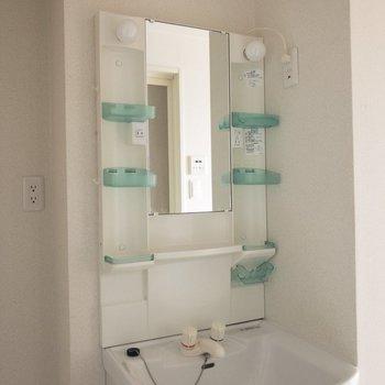 きれいな洗面台。両脇の棚がうれしい♪※写真は8階の同間取り別部屋のものです。