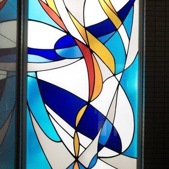 エントランスには、こんなアートなすりガラスが!