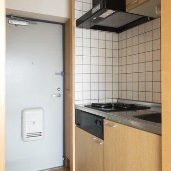 右手のキッチンに参りましょう!※写真は8階の同間取り別部屋のものです。