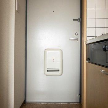 玄関スペースがだいぶコンパクトなのが気になるところ...※写真は8階の同間取り別部屋のものです。