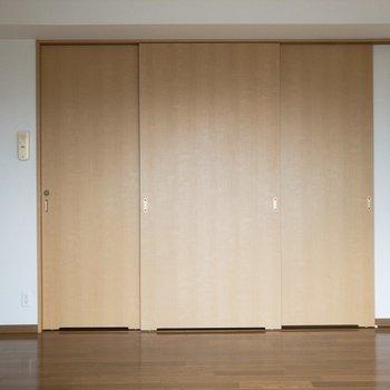 この引き戸が色々と繋がってるんです※写真は8階の同間取り別部屋のものです。