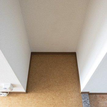 向かいにはしっかり冷蔵庫スペースも◎※写真は8階の同間取り別部屋のものです。