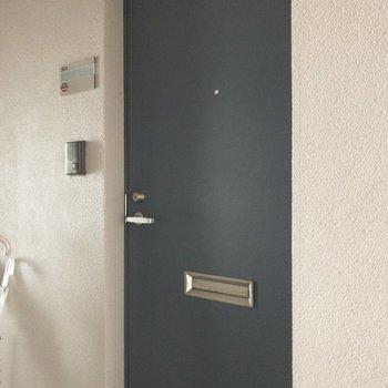 ネイビーの玄関扉できゅっと♪※写真は8階の同間取り別部屋のものです。