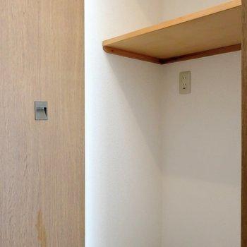 玄関よこに洗濯機置き場。(扉で隠せます)