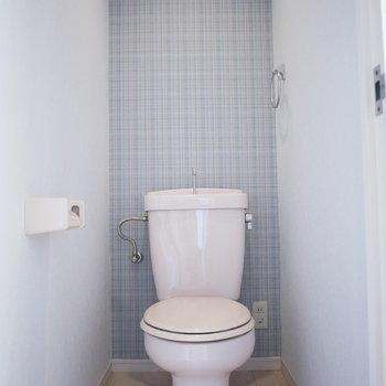 トイレはさわやかなブルーのクロス