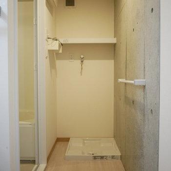 脱衣室の奥に洗濯機パン