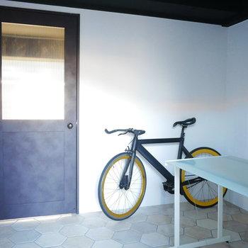 玄関スペースが広いので自転車も余裕で置けます