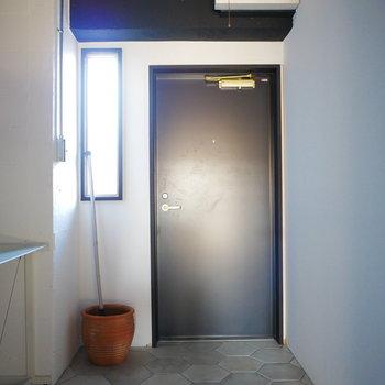 玄関扉も新しくなっています