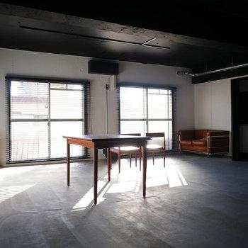 天井がブラックで差し込む光が際立つ