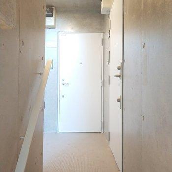 お部屋は右の玄関になります