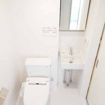 スタイリッシュな洗面台とトイレも一緒に