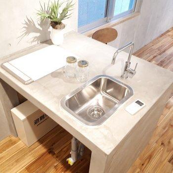 キッチンはこんな形。調理スペースが確保できていて◎ ※家具は見本です。