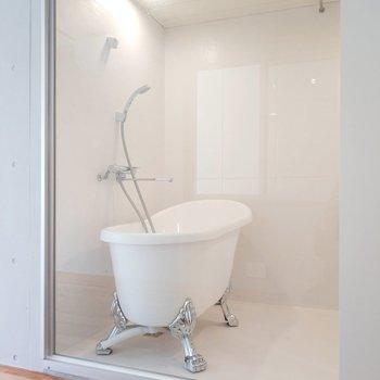 浴室はなんとネコ足バス!なんか虎っぽいけど。