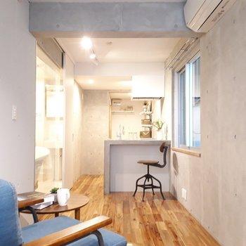 反対側から見たお部屋です。よく見るとカウンターキッチンになってますよ ※家具は見本です。