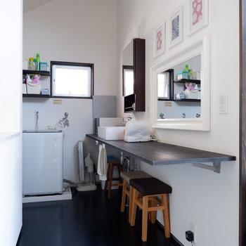 2階の洗面台です。鏡が可愛い◎