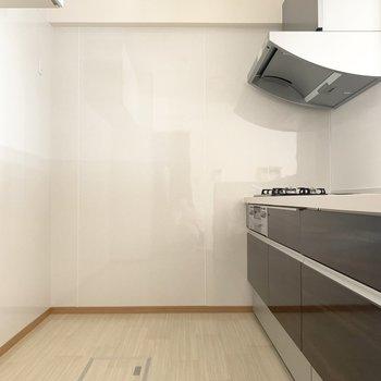 キッチンは冷蔵庫、食器棚も置けるくらい広々!