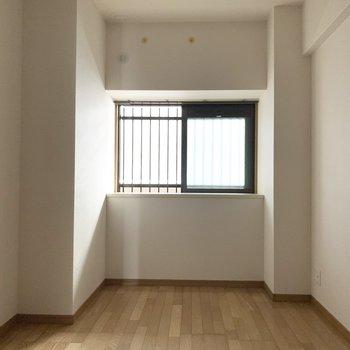 もう1つの洋室は夫婦の寝室に。ベッドは窓際かな。