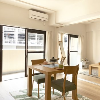 大きめの窓が2つでお部屋の雰囲気も明るく!(※家具は見本です)
