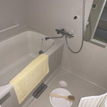 浴槽はゆったり、半身浴もよさそう〜(※小物は見本です)